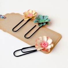 This would be a cute way to send embellishments in a pocket letter Paper Clip, Paper Art, Paper Crafts, Trombone, Sewing Crafts, Diy Crafts, Book Markers, Cloth Flowers, Candy Cards