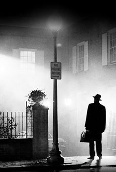 """The Exorcist"" directed by William Friedkin featuring Linda Blair as Regan. The iconic image of the exorcist arriving at Regan's home. Max Von Sydow is the exorcist Classic Horror Movies, Iconic Movies, Classic Films, Horror Icons, Horror Art, The Exorcist 1973, Exorcist Movie, Best Horrors, Shooting Photo"