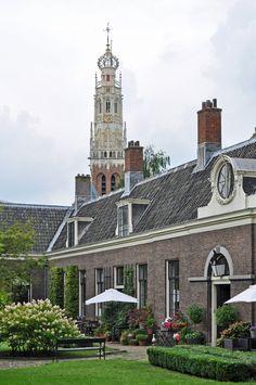 Haarlem (Noord-Holland) - Teylers Hofje met op de achtergrond de toren van de Bakenesserkerk