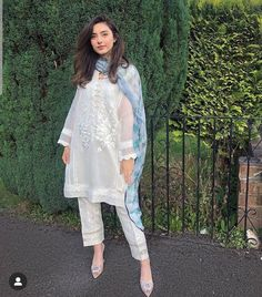 Simple Pakistani Dresses, Pakistani Fashion Casual, Pakistani Dress Design, Pakistani Outfits, Pakistani Clothing, Pakistani Gowns, Eid Outfits, Casual Outfits, Stylish Dresses For Girls