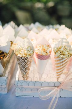 Sweet and subtle shine at this gorgeous backyard wedding Sweet and subtle shine at this gorgeous backyard wedding Sweet and subtle shine at this lovely backyard wedding Wedding Snacks, Wedding Appetizers, Snacks Für Party, Wedding Desserts, Wedding Catering, Wedding Menu, Wedding Table, Rustic Wedding, Wedding Decorations