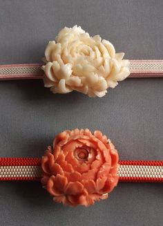 flower-shaped obidome (ornaments) for an obi Japanese Colors, Japanese Fabric, Japanese Kimono, Japanese Outfits, Japanese Fashion, Coral Jewelry, Jewelry Art, Jewlery, Traditional Kimono
