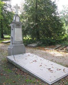Grafmonument J.J. van Oosterzee op begraafplaats Soestbergen, Utrecht. Utrecht, Sidewalk, Van, Vans, Sidewalks, Pavement, Walkways