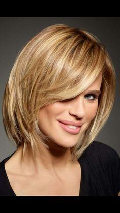 Un carr d grad une coloration blond platine quelques cheveux bouriff s l 39 arri re voil - Carre blond degrade ...