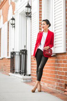 How to style: de witte blouse! Easy going, business, met een rok, layers en sportief. Het kan allemaal! Meer inspiraties en tips vind je op www.thenewgirlintown.com #whiteblouse #sportive #skirt #bloggers #Wendyslookbook
