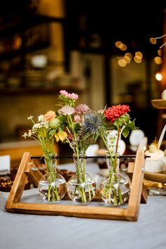 Industrial-Style trifft auf Wiesenblume | | Backlinse Industrial Chic, Table Decorations, Meadow Flowers, Marriage Anniversary, Newlyweds, Wedding Cakes, Industrial Style, Dinner Table Decorations