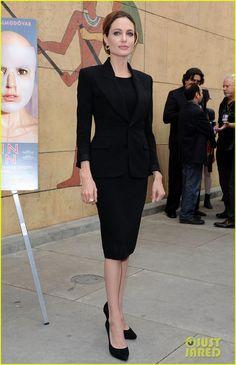 Angelina Jolie: tubinho, blazer (abotoado), scarpin, joias discretas.