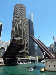 Stop 6. Marina City (Mark 2400, via Flickr): http://www.lakeclaremont.com/prod_page.php?isbn=978-1-893121-33-1.
