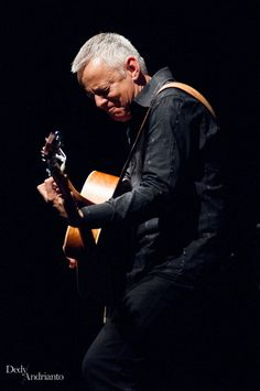 Tommy Emmanuel (b. is an Australian virtuoso guitarist, songwriter & occasional singer. Tommy Emmanuel, Famous Portraits, Composers, People Art, Auditorium, Music Industry, Best Artist, Master Class, Masters