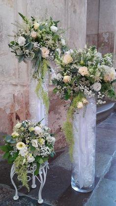 Entrada da noiva Wedding Arrangements, Floral Arrangements, Wedding Bouquets, We. Church Flower Arrangements, Wedding Flower Arrangements, Floral Centerpieces, Wedding Centerpieces, Wedding Table, Diy Wedding, Wedding Bouquets, Floral Arrangements, Table Arrangements