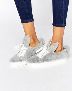 Minna Parrika – Graue Sneakers aus Ponyfellimitat mit Ohren & Schweif