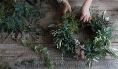 How to Make a Green Christmas Wreath Summer Christmas, Nordic Christmas, Green Christmas, Christmas Signs, Christmas Ideas, Xmas Decorations, Flower Decorations, Advent, Christmas Flower Arrangements
