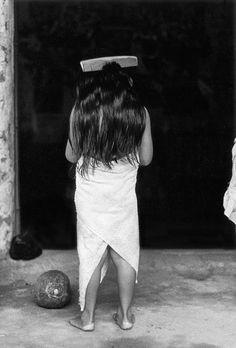Graciela Iturbide - Juchitan En 1979, Graciela Iturbide realizó una serie de fotografías de la cultura zapoteca, de la cual surgió una publicación titulada Juchitán de las mujeres. Ésta es seguramente la serie de fotografias más conocidas de la artista. Es el resultado de diez años de trabajo, de numerosos viajes al Istmo de Tehuantepec y de un prolongado trato con sus habitantes. Fotos © Graciela Iturbide - Juchitan Más fotos aquí.