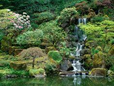 paradiesischer garten mit wasserfall-steinen asiatischer-stil