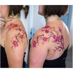 【dirtyluststudiowarsaw】さんのInstagramをピンしています。 《Piękne i kobiece kwiaty wiśni zrobione przez @katerynazelenska  Drogie Panie lubicie takie delikatne tatuaze, czy wolicie cos bardziej wyrazistego? ;) #dirtyluststudiowarsaw #dirtyluststudio #inked #tattoodesign #cherryblossoms #cherryblossomtattoo #femaletattoo #tattooedgirl》