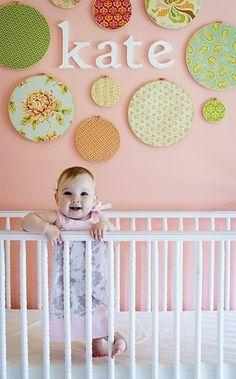 赤ちゃんのベッド周りにキュートなデコレーション。赤ちゃんの名前を囲むように配置して、もっとハッピーに。