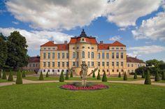Rezydencja w Rogalinie (Polska) została zbudowana w latach 1768-1776 jako rodowa siedziba Kazimierza Raczyńskiego, starosty generalnego Wielkopolski, od 1782 r. marszałka koronnego na dworze króla Stanisława Augusta Poniatowskiego. Późnobarokowe założenie pałacowo-parkowe przetrwało do dziś w pierwotnym kształcie. Pałac w Rogalinie jest jednym z najwybitniejszych przykładów architektury rezydencjonalnej w Polsce.
