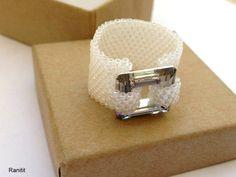 Dans le monde entier livraison gratuite!!! Incroyable carré cristal Swarovski 14 MM blanc bague  Bague en perles de 11 perles de cylindres japonais et ligne de feu.   parfait pour porter tous les jours, ou coup de poing jusquà vos tenues élégantes.    Si vous souhaitez avoir une taille différente, veuillez contacter le propriétaire du magasin.  Votre commande sera emballé dans un joli coffret, comme sur la dernière image.  vous voulez voir les autres bagues ?…
