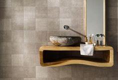 Il mobile bagno in legno naturale abbinato a lavabo in pietra