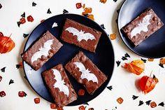 Flaggermus brownies - Baking for alle Halloween Brownies, No Bake Brownies, Yummy Cakes, Sugar, Cookies, Baking, Desserts, Food, Crack Crackers