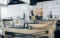 This new LA studio is the Pilates-cardio hybrid of your (sweat-filled) dreams – Well+Good Yoga Studio Design, Gym Design, Pilates Workout, Pilates Reformer Exercises, Pilates Logo, Pilates At Home, Pilates Studio, Studio Workouts, Pilates Instructor