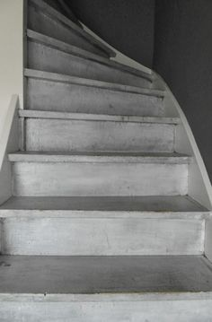betonverf op de trap - Google zoeken Cottage Stairs, Open Trap, Stair Renovation, Industrial Interior Design, Love Your Home, Stair Railing, Diy Home Improvement, Stairways, Modern Rustic