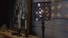 Den här lampskärmen gör Lee av skräpet från brända värmeljus och en gammal lampa. Genom att ta vara på botten i aluminiumhållarna, sy och virka runt och foga ihop delarna så får man en modern lampa som ger ett spännande skuggspel på väggen. Tea Lights, Wall Lights, Ceiling Lights, Chandelier Lamp, Light Installation, Modern Industrial, Pendant Lighting, Light Bulb, Sconces