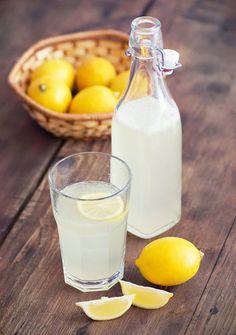 レモン果汁に水をプラスするだけで簡単に作れるレモン水。こんなにシンプルな飲み物なのに、実はいろいろな美容・健康効果を持っているんです。あのミランダ・カーも毎朝欠かさず飲んでいるのだそう。一体どんな効果があるのでしょうか!?
