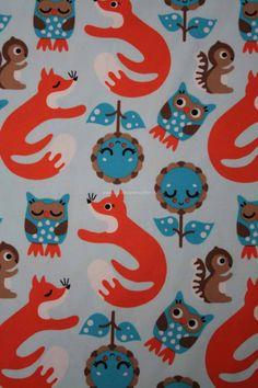 Znok uit Scandinavië is een super leuk merk met biologische stoffen met vrolijke prints voor kinderen. De stoffen spreken ieder kind aan vanwege de vele kleuren en vrolijke plaatjes. Deze uilen en vossen stof in de kleuren blauw,oranje en bruin passen helemaal in het modebeeld van de lente. Leuk als shirt of romptje
