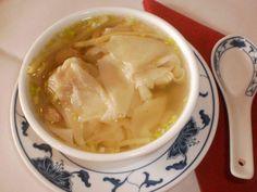 Das perfekte Klare Wan-Tan-Suppe-Rezept mit Bild und einfacher Schritt-für-Schritt-Anleitung: Das Sesamöl in einem kleinen Topf erhitzen, Zwiebel…
