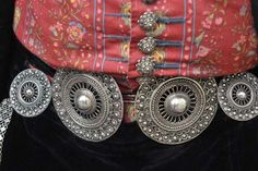 broekstukken/Dutch belt and buttons