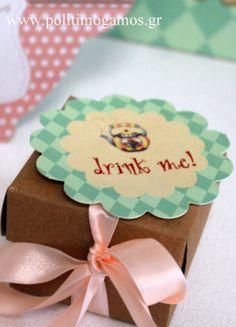 Μπομπονιέρα βάπτισης κουτί craft χάρτινο κύβος 6.5 Χ 6.5εκ με διακόσμηση από την Αλίκη στη Χώρα των Θαυμάτων ροζέτα μαγνητάκι.... Place Cards, Place Card Holders, Drinks, Baby, Vintage, Drinking, Beverages, Drink, Baby Humor