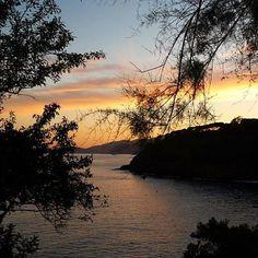 Concludiamo la settimana con questo tramonto da #Morcone a #capoliveri nello scatto di @sarabonini_cakes. Continuate a taggare le vostre foto con #isoladelbaapp il tag delle vostre vacanze all'#isoladelba. http://ift.tt/1NHxzN3