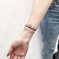 Thinking about getting a stylish new tattoo? If so, you should consider choosing a bracelet tattoo! Bracelet tattoos are placed on the wrist and can often look like a gorgeous piece of jewelry… Mini Tattoos, New Tattoos, Tattoos For Guys, Tattoos For Women, Turtle Tattoos, Tribal Tattoos, Arm Band Tattoo For Women, Tatoos, Bracelet Bras