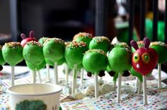 Baby, Kind und Meer: LILLIS RAUPE NIMMERSATT-PARTY Cup Pops, Baby Birthday, 1st Birthday Parties, Hungry Caterpillar Cake, Kind Und Kegel, Party Buffet, Baking With Kids, Chenille, Food Humor