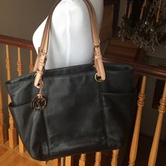 Michael kors shoulder bag Black leather shoulder bag. Good condition . One of the leather straps doesn't have a hook that goes around the strap ( I'm pointing to it in the third picture) . It's not very noticeable. Slightly worn on the inside . Dust bag included ! Michael Kors Bags Shoulder Bags