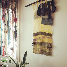 少し光が射してきて気分も上向きに。 沢山のするべきこと、ひとつひとつ丁寧に進める1日にしようと思います。  #tapestry #タペストリー #walltapestry #さをり#さをり織り #SAORI #手織り #Weaving #saoriweaving #handwoven #woven #インテリア #interior #窓 #朝 #光