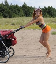 Sporty Chic with the Stroller: a shirts, swimming suit, a solar visor and a cycling gloves