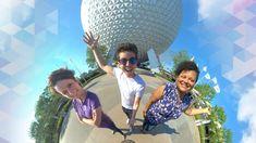 """A experiência Tiny World Magic Shots do Disney PhotoPass Service permite que você se sinta como se estivesse no """"topo do mundo"""" e não há melhor opção para uma oportunidade de foto como essa do que no EPCOT!"""