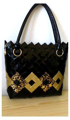 Candy+bag+kabelka+černo+-+zlatá+Kabelka+je+vyrobená+technikou+candy+bag,+skládáním+z+papírových+dílků,+potažených+fólií.+Je+voděodolná+a+drží+pevný+tvar.+Rozměry+jsou:+šířka+32cm,+výška+30cm,+dno+7cm.+Kabelka+je+opatřena+zipem.