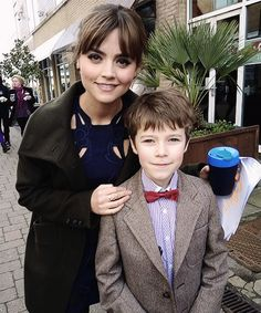 Jenna Coleman with a young fan dressed as Matt Smith's incarnation of The Doctor Doctor Who Series 8, Doctor Who Cast, Classic Doctor Who, Clara Oswald, Good Doctor, Jenna Coleman, Matt Smith, Nerd Geek, Dr Who