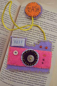 Una macchina fotografica morbidosa da tenere sempre a portata di mano... e di libro! Ecco link con il video tutorial per realizzala. http://www.lafigurina.com/2014/08/tutorial-come-realizzare-una-macchina-fotografica-segnalibro/