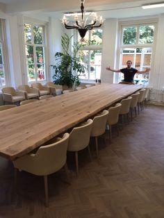 ZWAARTAFELEN I BAM. Deze meterslange boomstamtafel van Zwaartafelen moet je hebben I #interieur #interior #vergadertafel #kantoor #boomstamtafel I www.zwaartafelen.nl