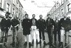 London skinheads going to the 1970 F.cup final,(Chelsea F.) the original skin's where not racist, far from it as they embraced the Jamaican reggae/ Skinhead Boots, Skinhead Fashion, Skinhead Men, Youth Culture, Pop Culture, Dr. Martens, One Step Beyond, Skin Head, Youth Subcultures