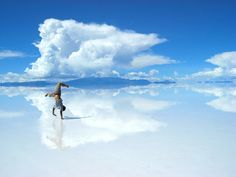 Salar de Uyuni, Bolivia dried salt lake in the south of the desert plains of the Altiplano in Bolivia at an altitude of 3650 m above sea level. Has an area of thousand km ² and is the largest salt marsh in the world. Best Funny Pictures, Cool Pictures, Random Pictures, Beautiful World, Beautiful Places, Round The World Trip, Places To See, Around The Worlds, Wallpapers
