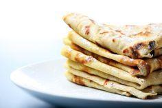 Spelt-pannenkoeken. Ingrediënten (6 tot 8 stuks): • 250 gram speltbloem • 0,5 liter water • 2 eieren • snufje zout • boter/olie