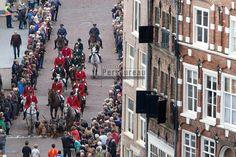 Bokbierdag in Zutphen, de optocht gezien vanaf de Wijnhuistoren.