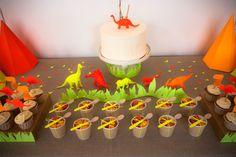 salade de fruits dans goblets kraft avec customisation fluo de cuillères en bois + baker twine. www.rosecaramelle.fr #sweettable #anniversaire #fete #rosecaramelle #candybar #dino #dinosaure #fluo #neon #kraft #party