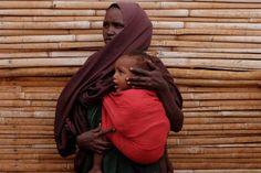 """Una mujer refugiada junto a sus hijos en el campo de Melkadida. Teshome: el hombre etíope que cose vidas Más de 750.000 personas han llegado a Etiopía huyendo de la violencia o de la sequía que sufren en sus países. Así viven en el segundo campo de refugiados más grande del mundo. Es etíope y tiene 50 años. Es profesor de las clases de costura que el Servicio Jesuita a Refugiados con el apoyo de Entreculturas desarrolla en el campo de refugiados de Dollo Ado, Etiopía. """"Les enseño una…"""