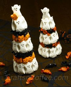 I'm wrapping up this week's candy crafts with a Halloween riff on my Marshmallow Peeps Easter Topiary Trees. And why not – the Halloween Marshmallow Peeps Topiaries are just as cute, and they're a . Halloween Candy Crafts, Fröhliches Halloween, Halloween Goodies, Halloween Food For Party, Holidays Halloween, Halloween Treats, Halloween Decorations, Halloween Birthday, Quince Decorations
